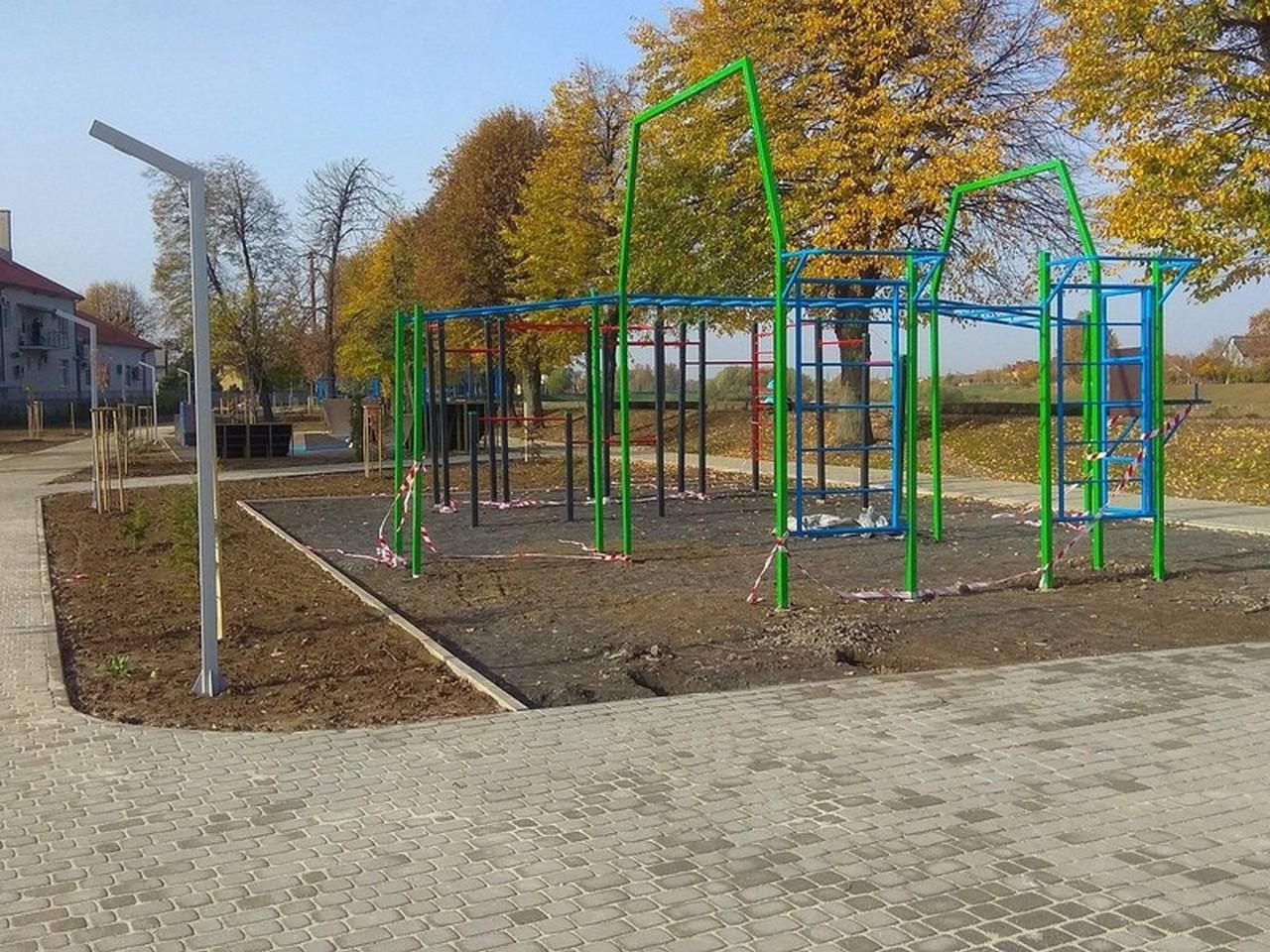 У Мукачеві в парку хулігани витягли лавицю з бетону і спробували понівечити гойдалки