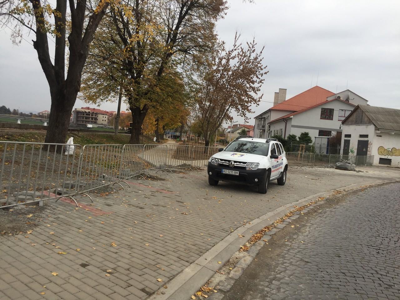 Мукачівців, які стали свідками порушення правил благоустрою в парку по вулиці Валенберга, просять повідомити муніципалів