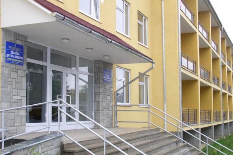 Мукачівську школярку, яка хвора на кір, у Закарпатській обласній дитячій лікарні медики оглядали просто в коридорі