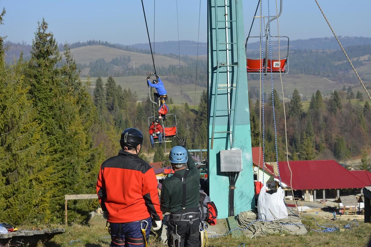 У селі Пилипець, що на Міжгірщині, рятувальники навчалися як працювати в екстрених аварійних ситуаціях на гірськолижних базах