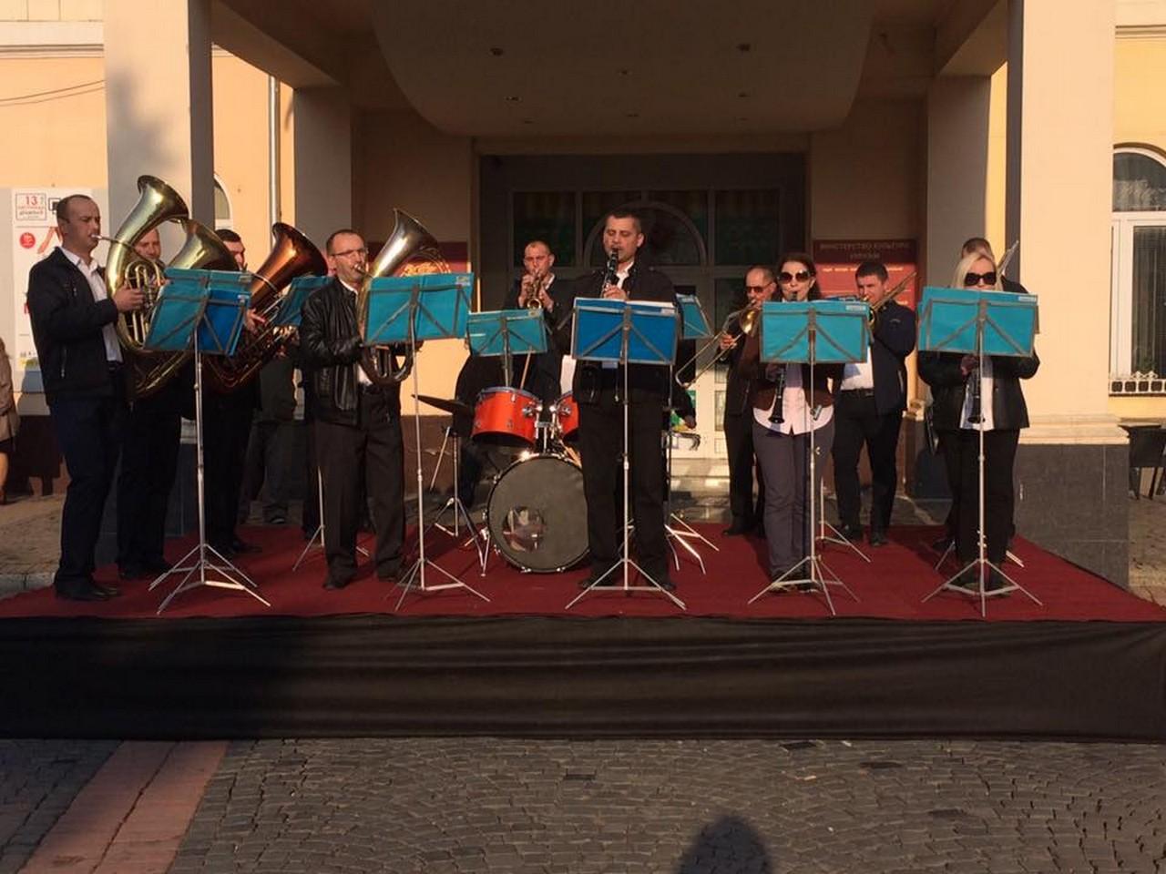 У центрі Мукчева 9 листопада виступав Мукачівський військовий оркестр