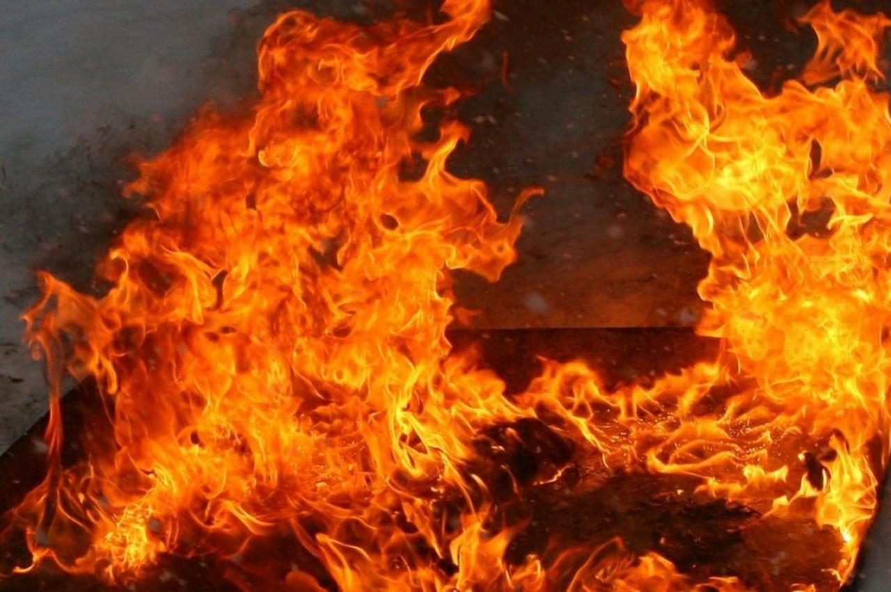 В Ужгороді на вулиці Бічній згорів вщент автомобіль Mercedes-Benz E 200