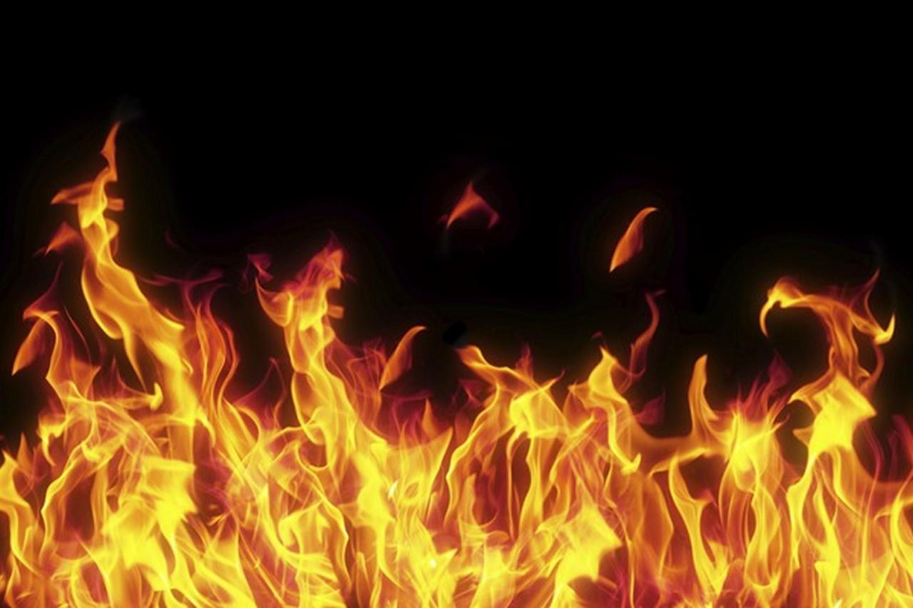 В одній із багатоповерхівок на вулиці Росвигіській у Мукачеві вночі сталася пожежа