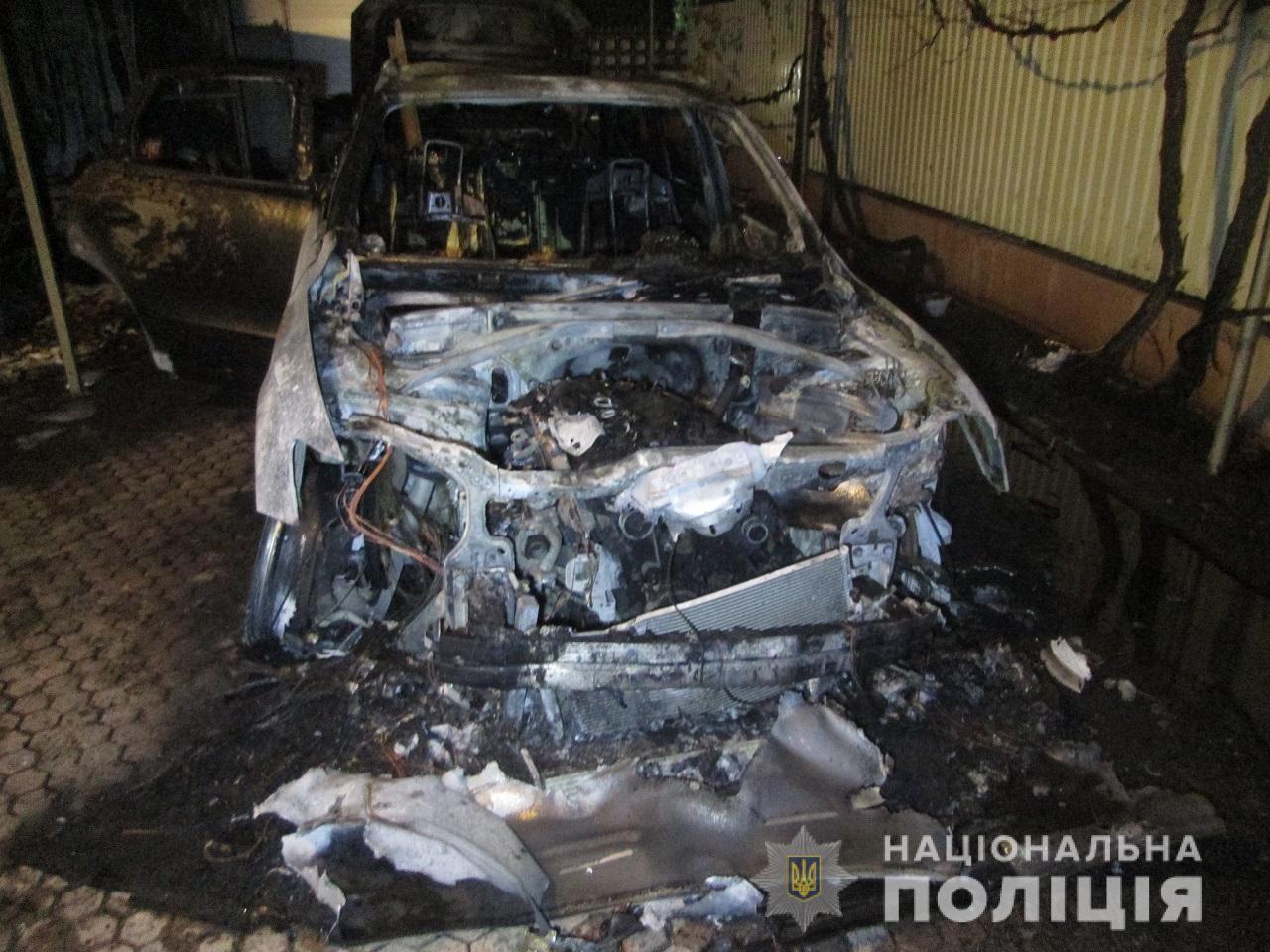 В Ужгороді на вулиці Філатова вночі підпалили дві машини – Vоlkswagen Тouаreg і Audi Q7