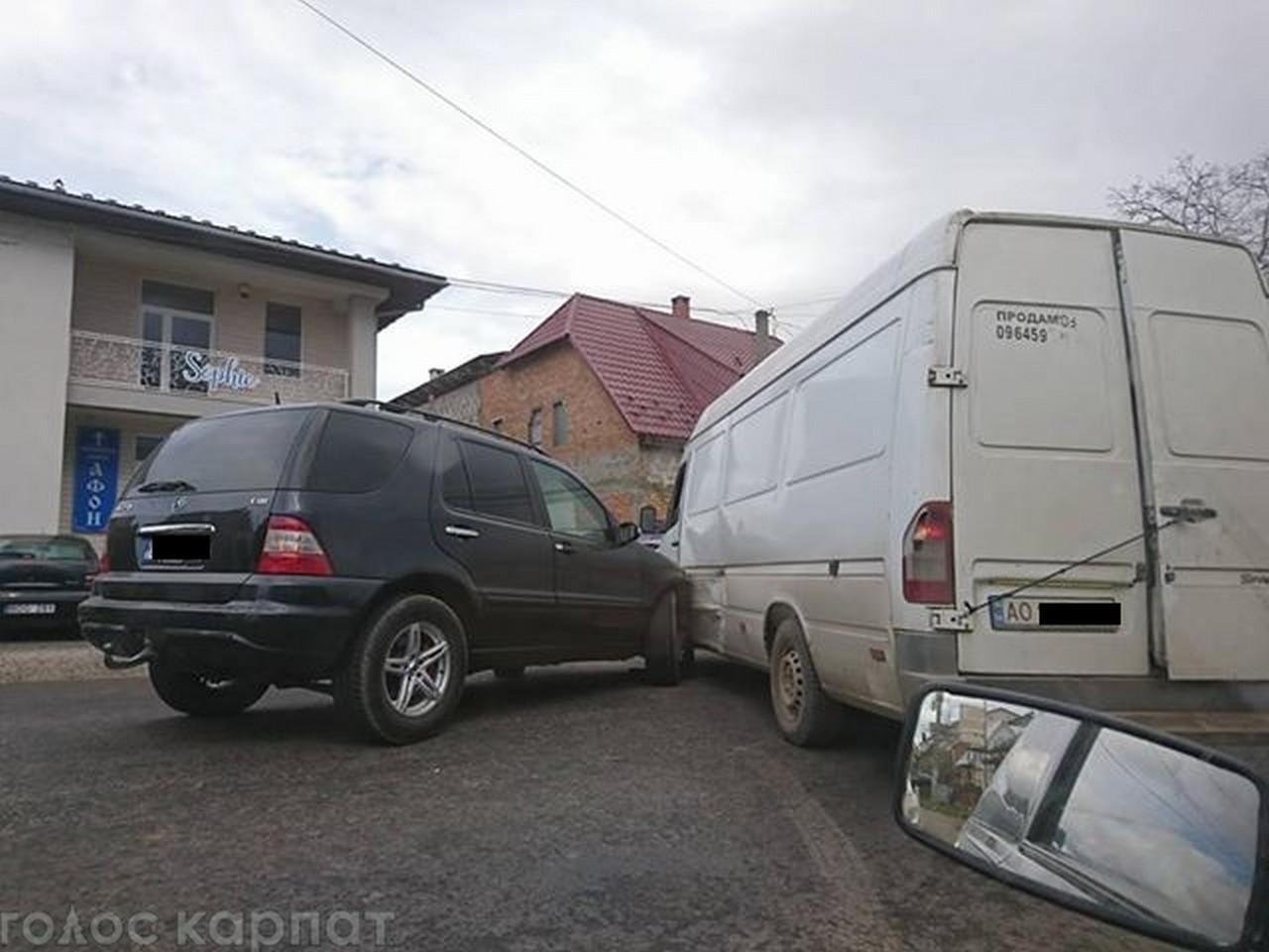 У селищі Буштино зіткнулися позашляховик і мікроавтобус