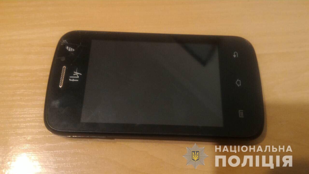 У Берегові в 23-річної жінки вкрали мобільний телефон