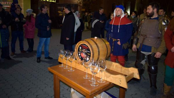 Молоде вино, лицарські бої та вогняне шоу: в Ужгороді стартував фестиваль