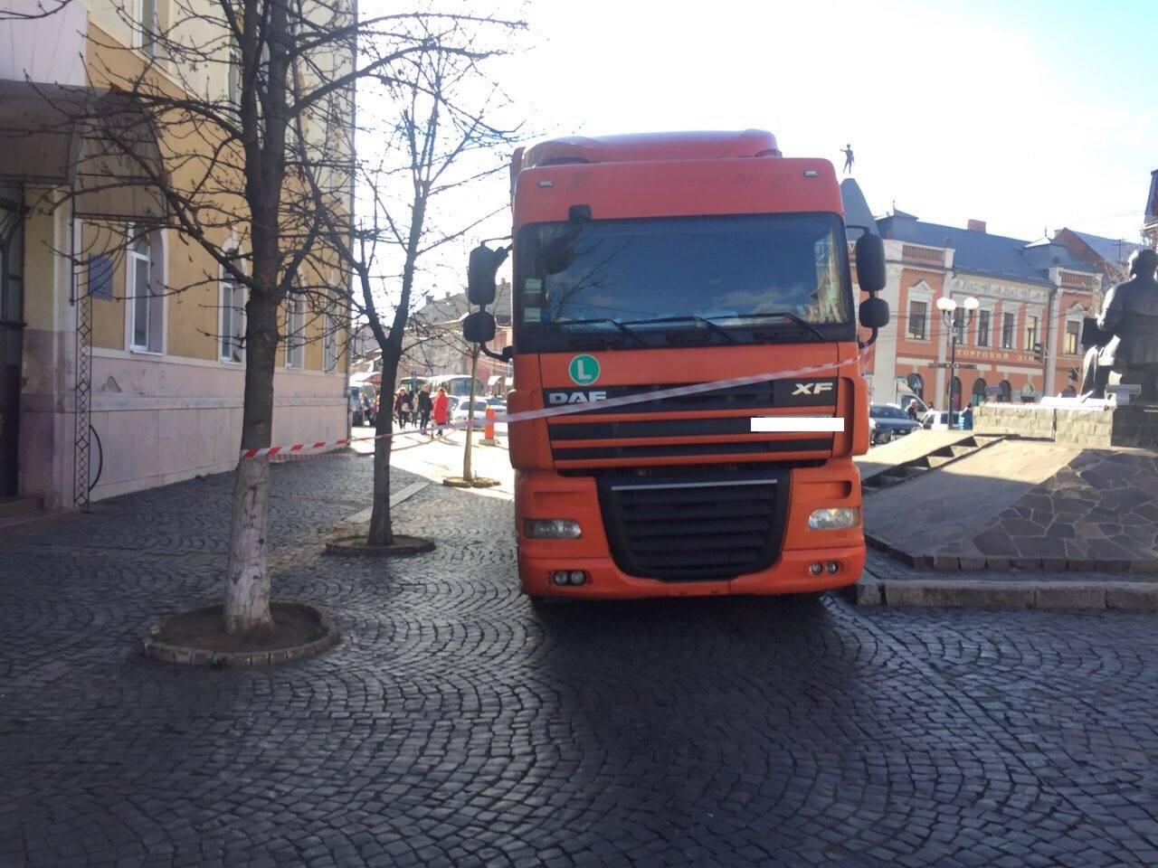 У Мукачеві, на площі Духновича, муніципали виявили вантажівку, залишену в пішохідній зоні