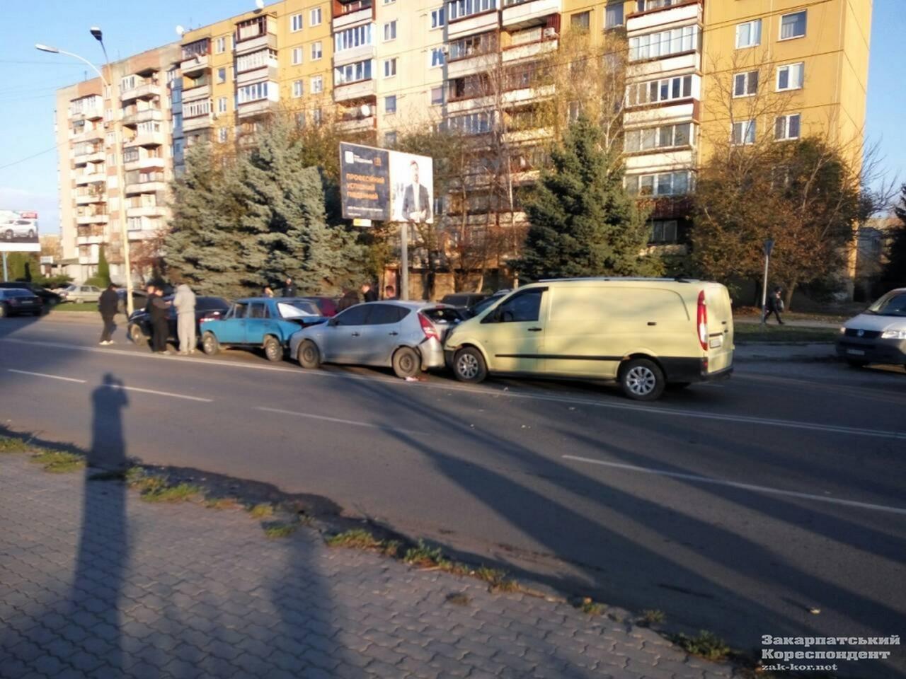 В Ужгороді на вулиці Минайській зіткнулися 4 автомобілі