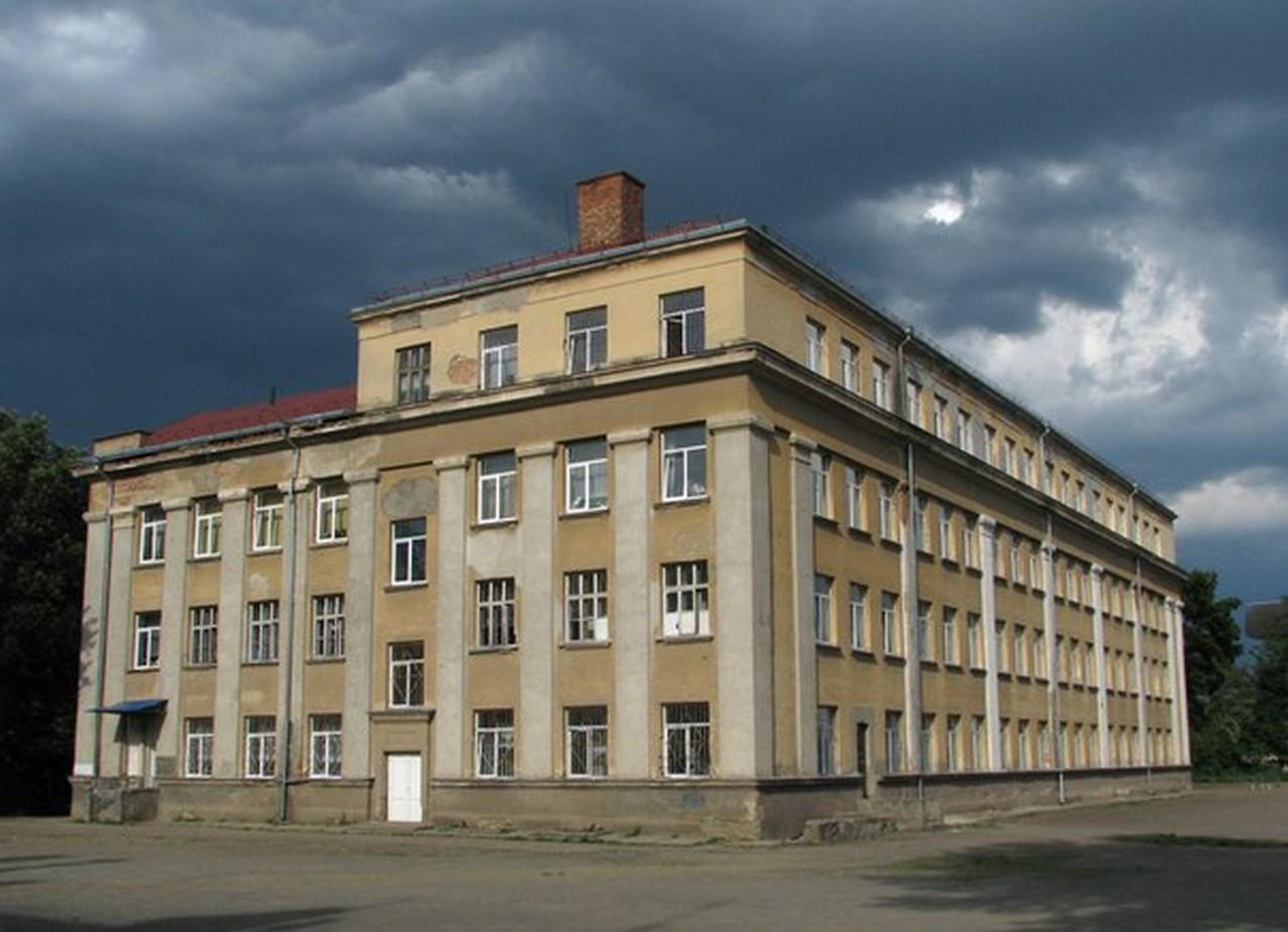 В Ужгороді вночі стріляли по вікнах школи №5