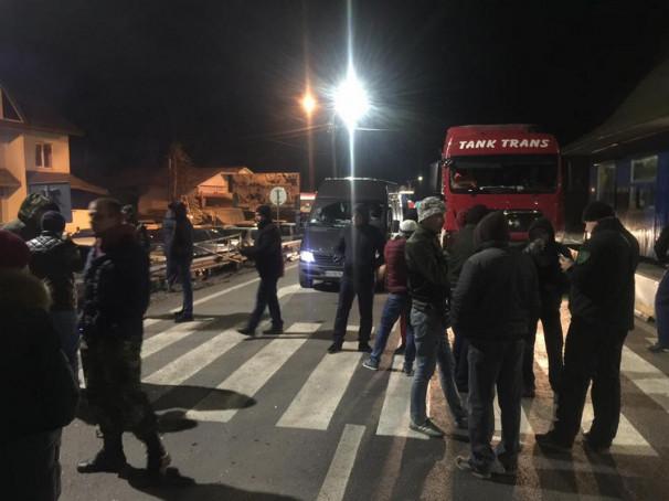 """Перекриття траси """"Київ-Чоп"""": що наразі відбувається у Нижніх Воротах"""