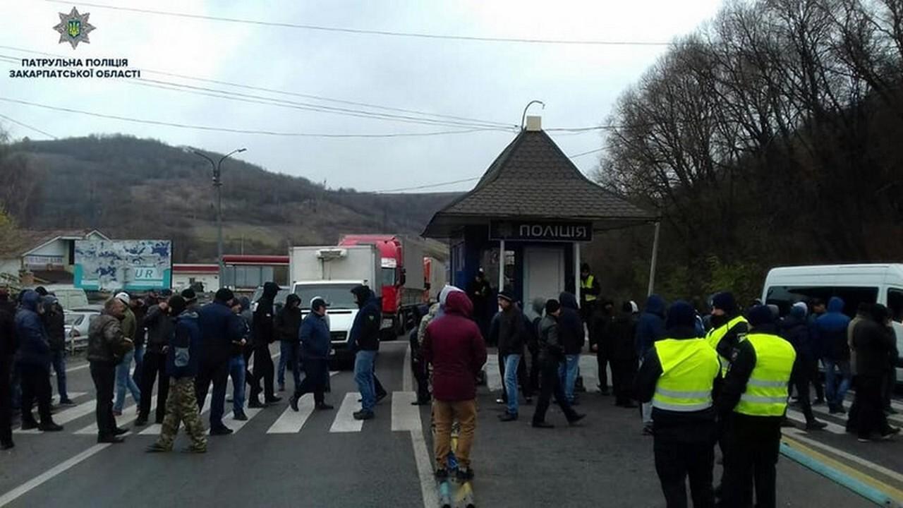 """Чи розблокували сьогодні, 20 листопада, активісти трасу """"Київ-Чоп"""": що зараз відбувається у Нижніх Воротах"""