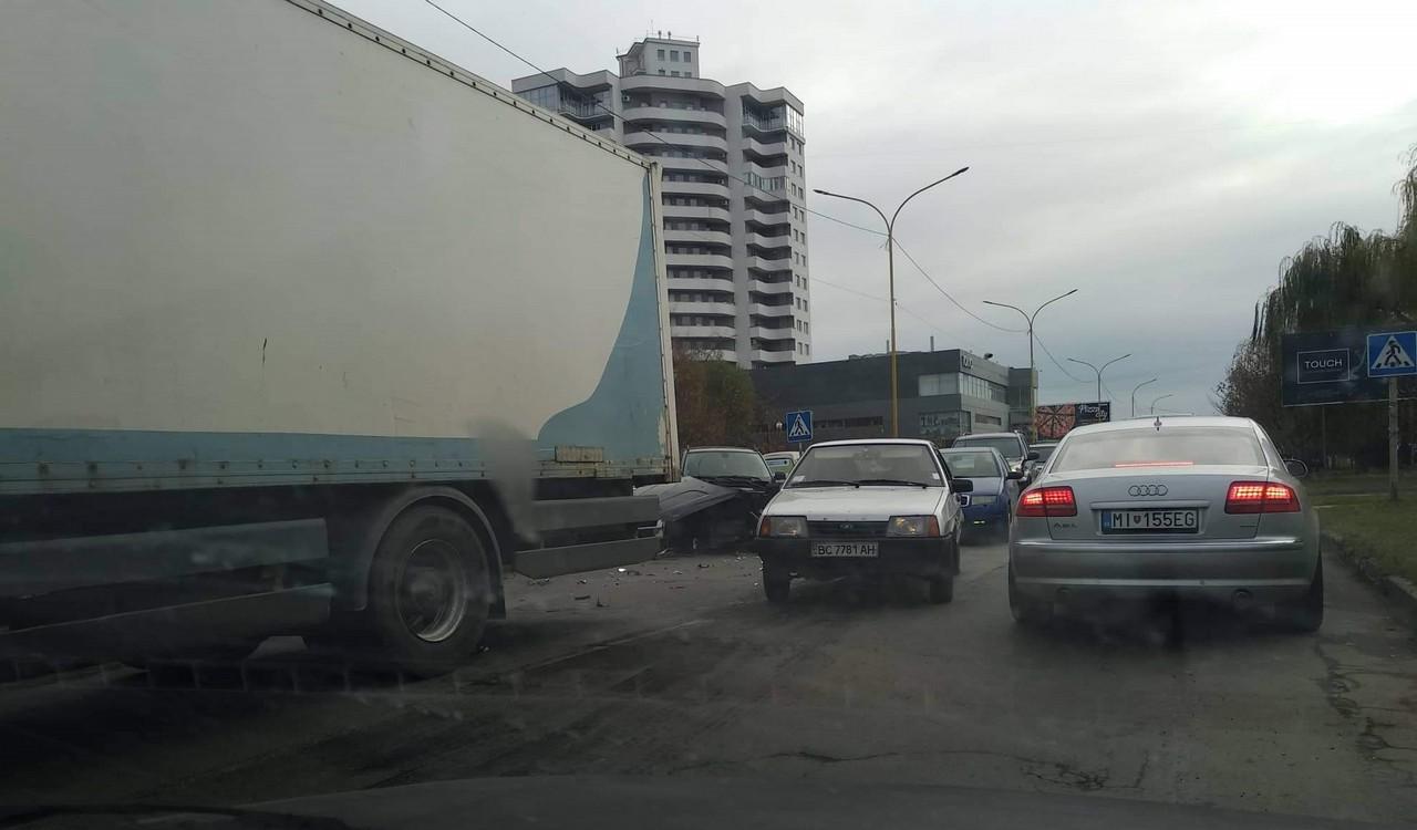 В Ужгороді на вулиці Легоцького сталася аварія
