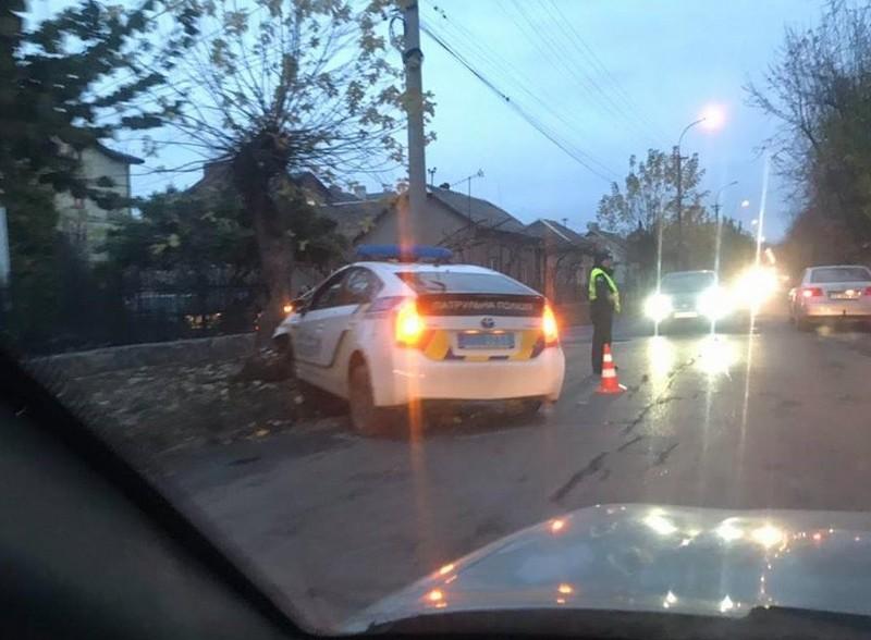 Патрульні потрапили в ДТП в Ужгороді на вулиці Загорській: автівка розтрощена
