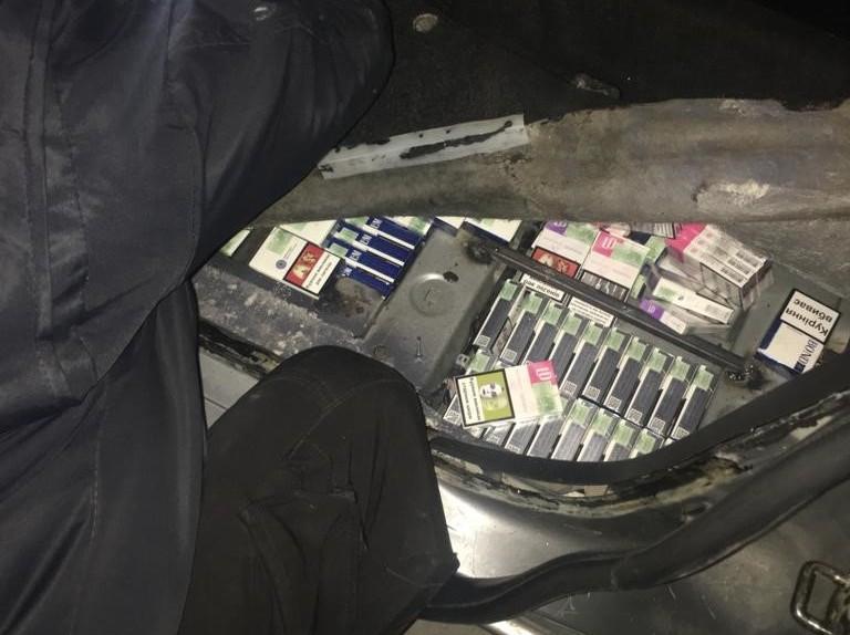 Тайник з цигарки виявили прикордонники в автівці українця