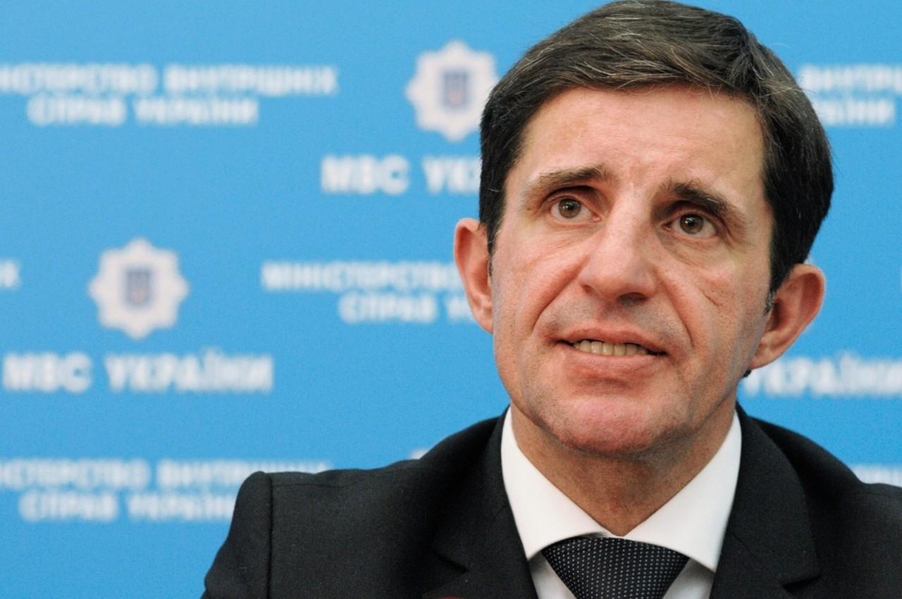Радник міністра внутрішніх справ України Зорян Шкіряк заявив, що на житті пересічних українців введення воєнного стану ніяк не відобразиться