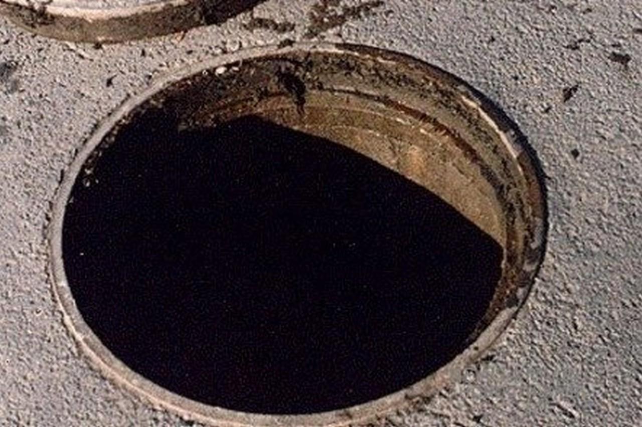 В Ужгороді через відкриті каналізаційні шахти пішоходи та водії наражаються на небезпеку