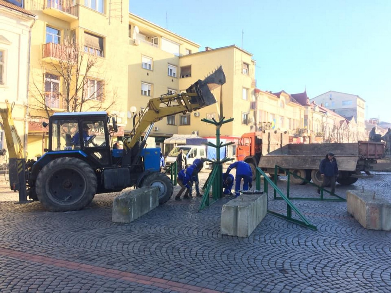 30 листопада у центрі Мукачева почали встановлювати новорічну ялинку