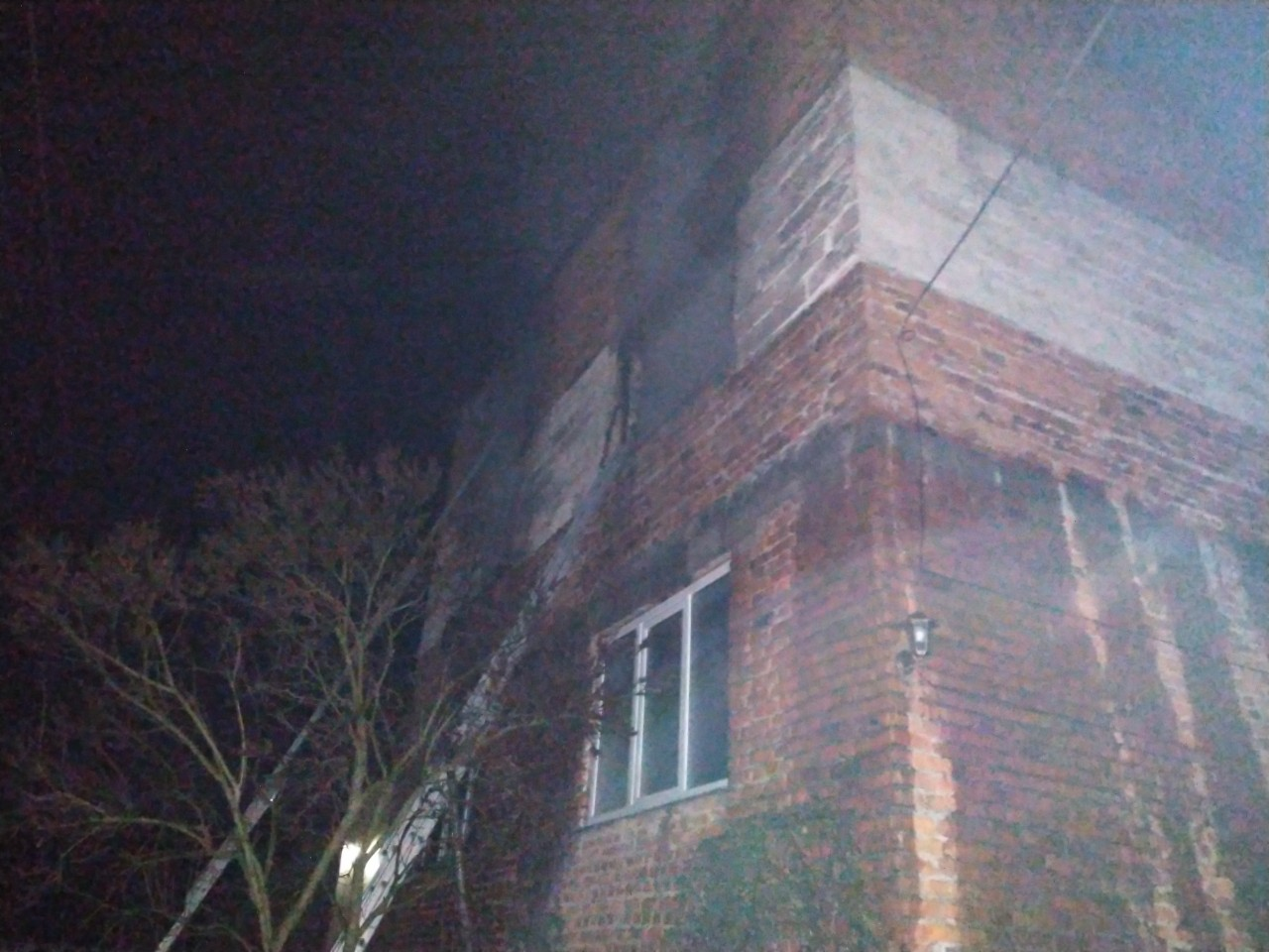 Сьогодні вночі 9 рятувальників гасили пожежу у селі Іза, що на Хустщині