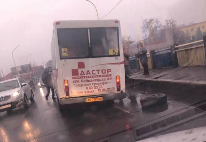 ЗМІ Закарпаття поширили інформацію, що в Ужгороді в маршрутки на ходу відвалилось колесо