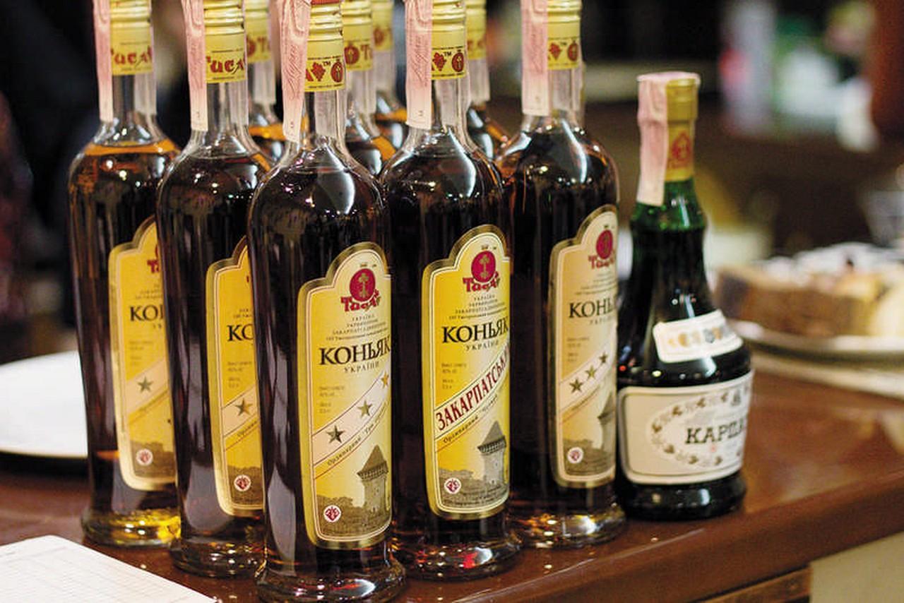 У чотирьох мешканців Ужгородщини 3 грудня  вилучили 1400 пляшок контрафактного коняку