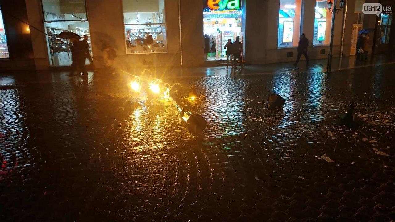 Камери відеоспостереження зафіксували момент ДТП в Ужгороді на площі Петефі