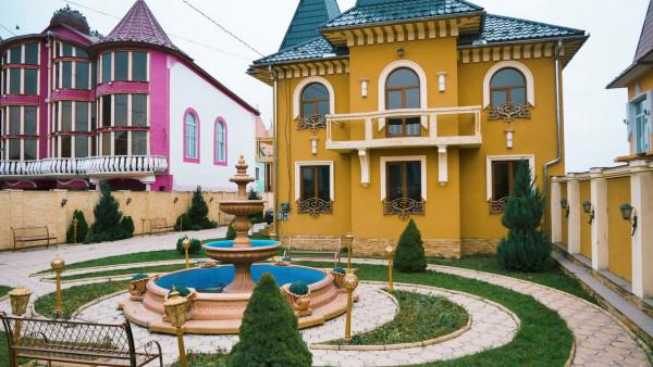 Найбагатші роми Закарпаття показали свої розкішні будинки зсередини