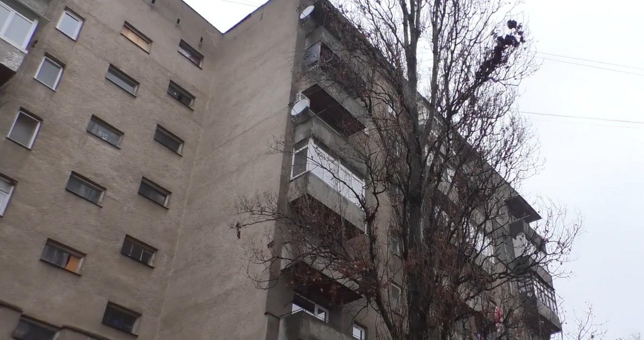 В одній із багатоповерхівок Ужгорода на вулиці Заньковецької протікає дах