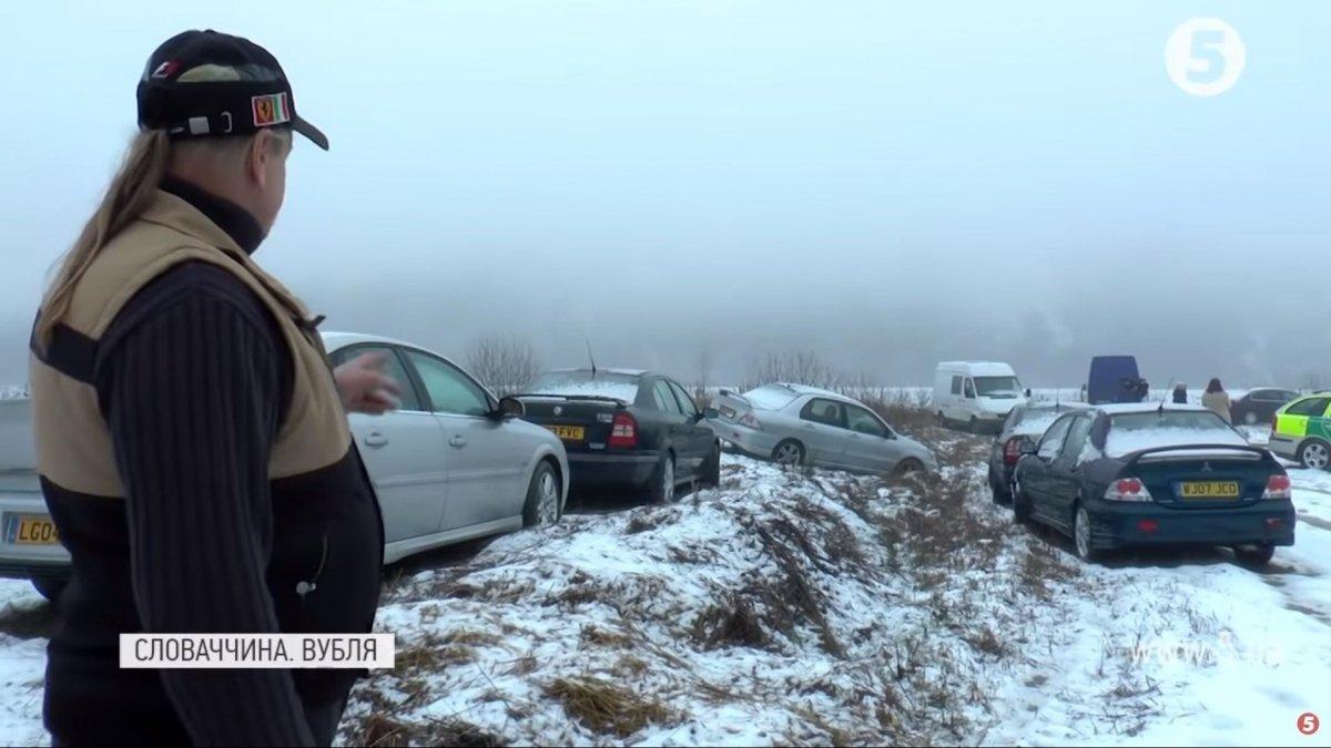 На кордоні зі Словаччиною люди кидають євробляхи