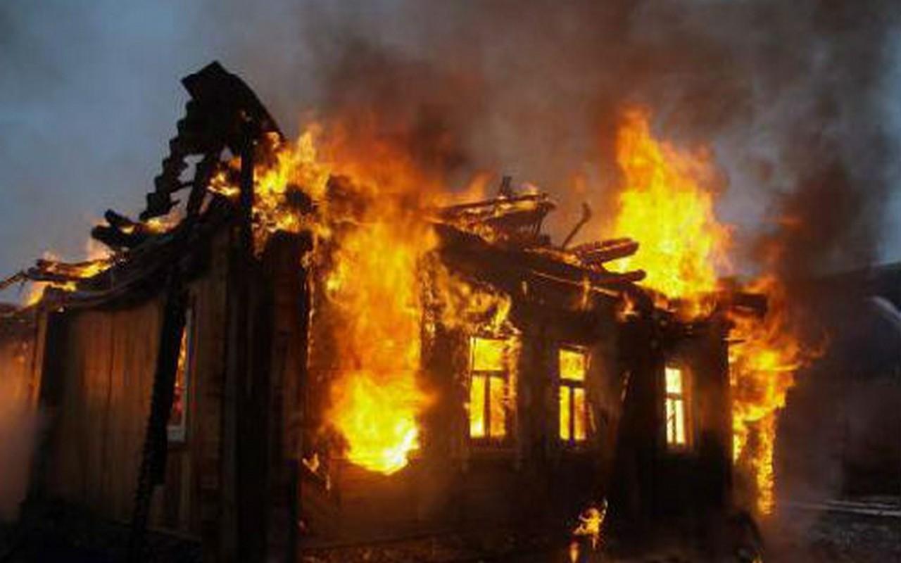 Серед ночі у Рахові загорівся будинок