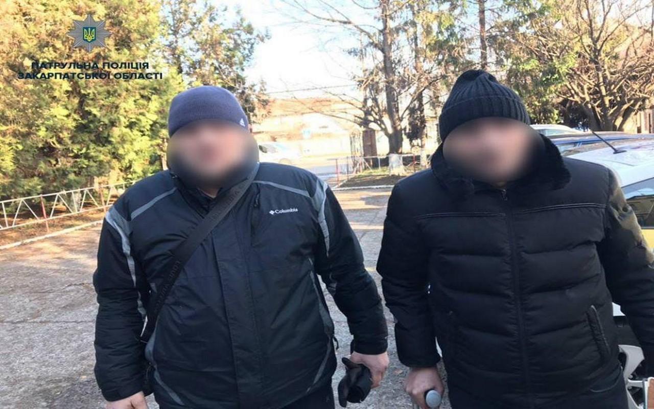 Двоє чоловіків в Ужгороді посеред вулиці пограбували жінку