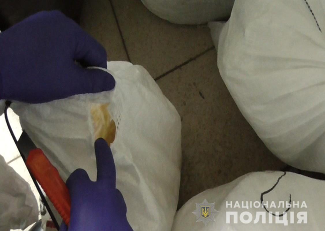 На спецпосту Нижні Ворота у позашляховику виявили 200 кілограм бурштину