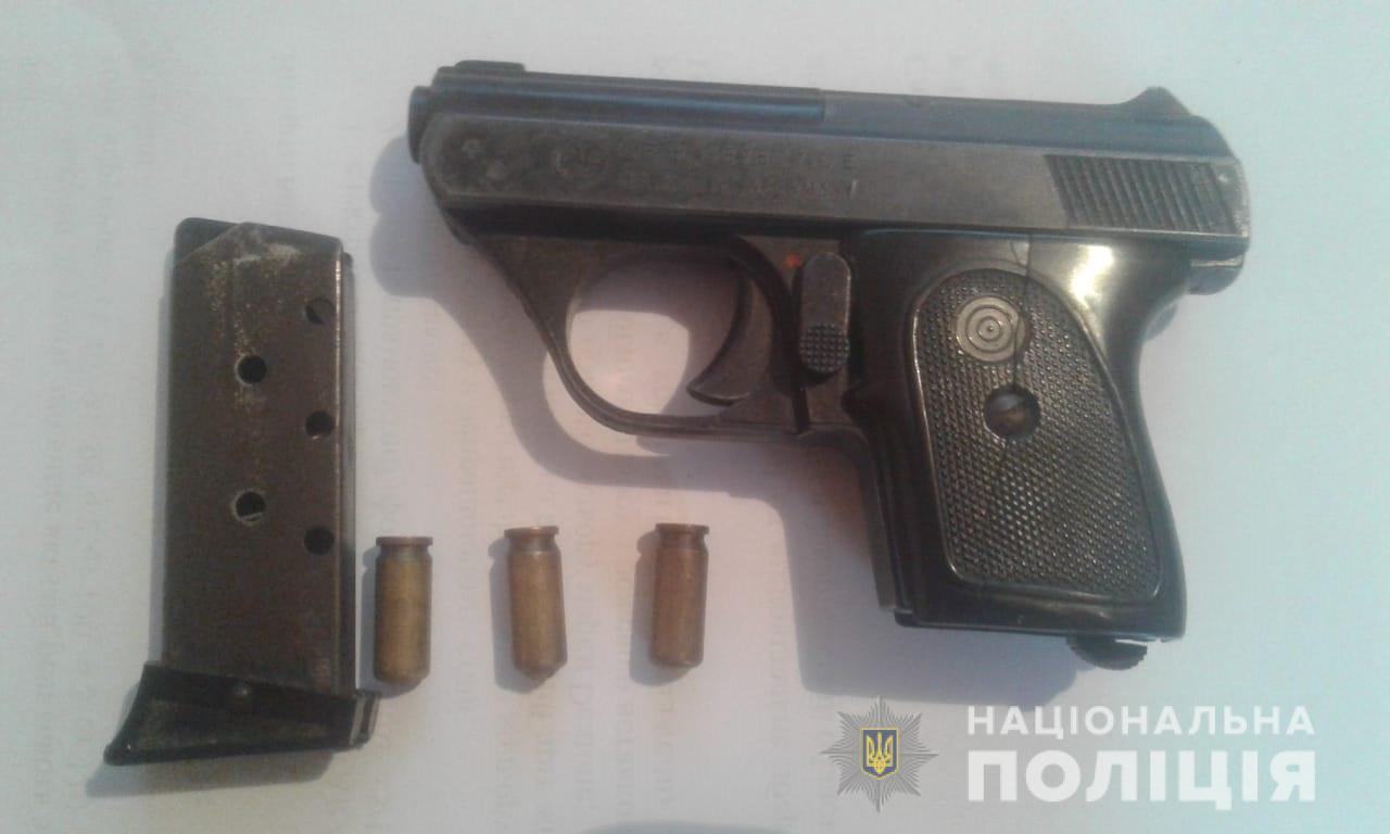 Поліція Тячівщини вилучила у фігуранта злочину зброю
