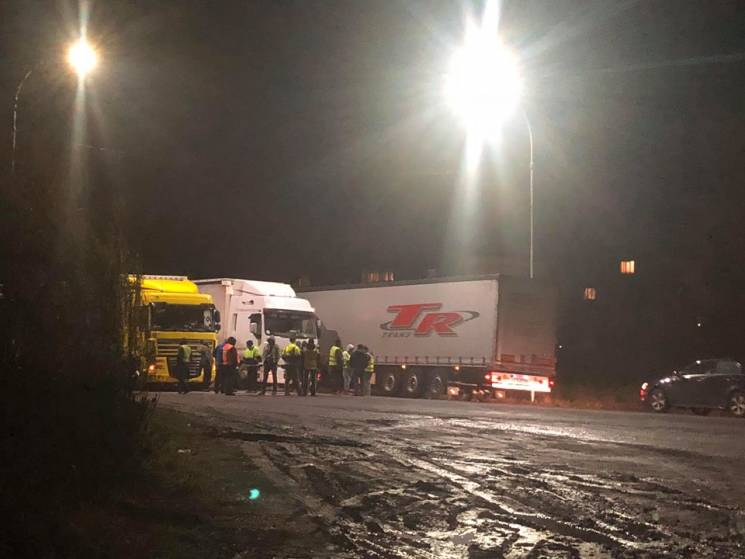 На об'їзній біля Ужгорода вантажівки перекрили трасу