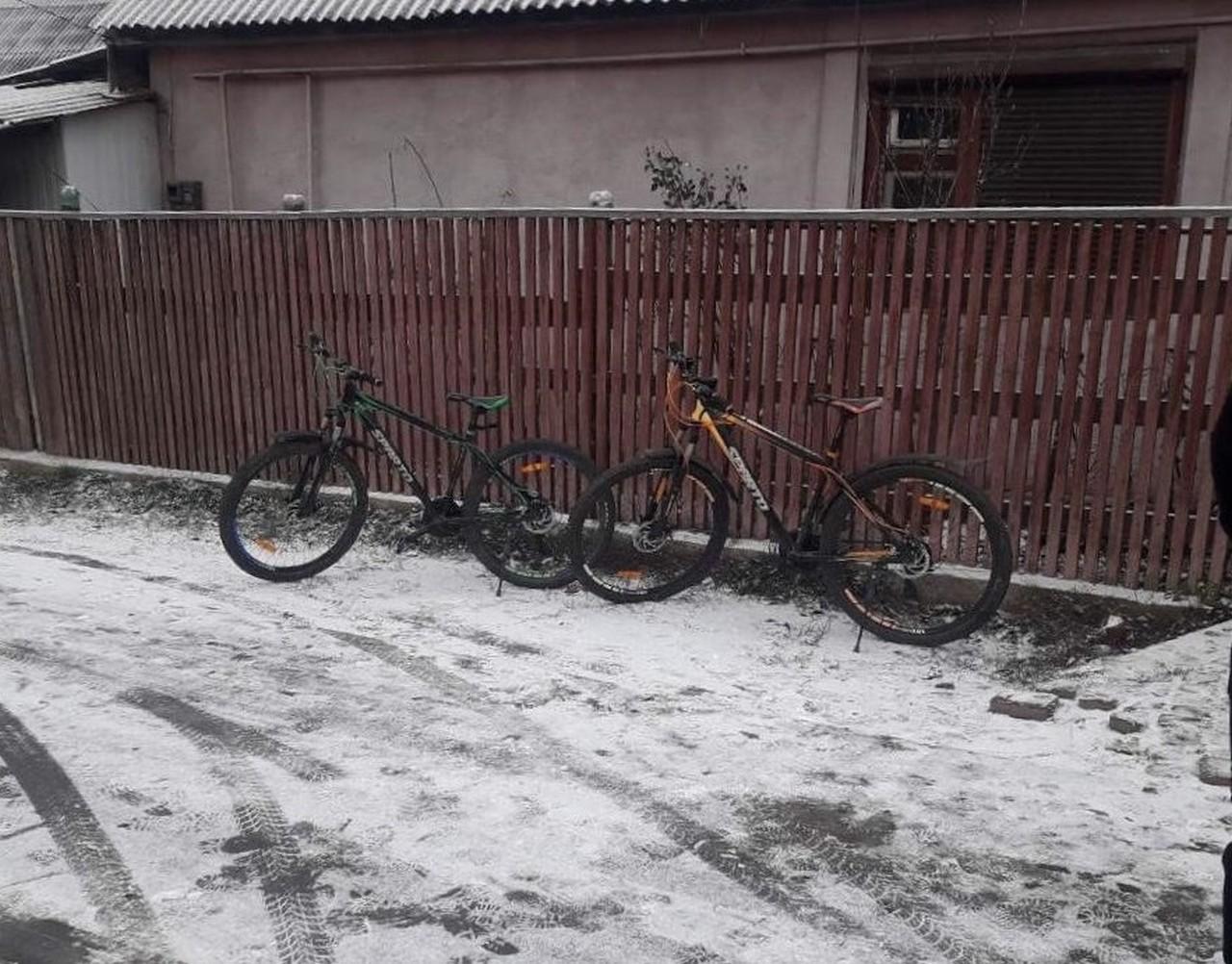 У селі Сасівка два чоловіки проникли у підвал односельця і вкрали велосипеди
