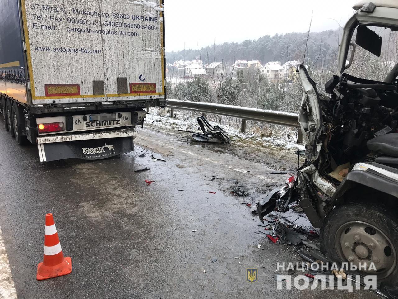 Закарпатець на вантажівці потрапив у аварію в Львівській області