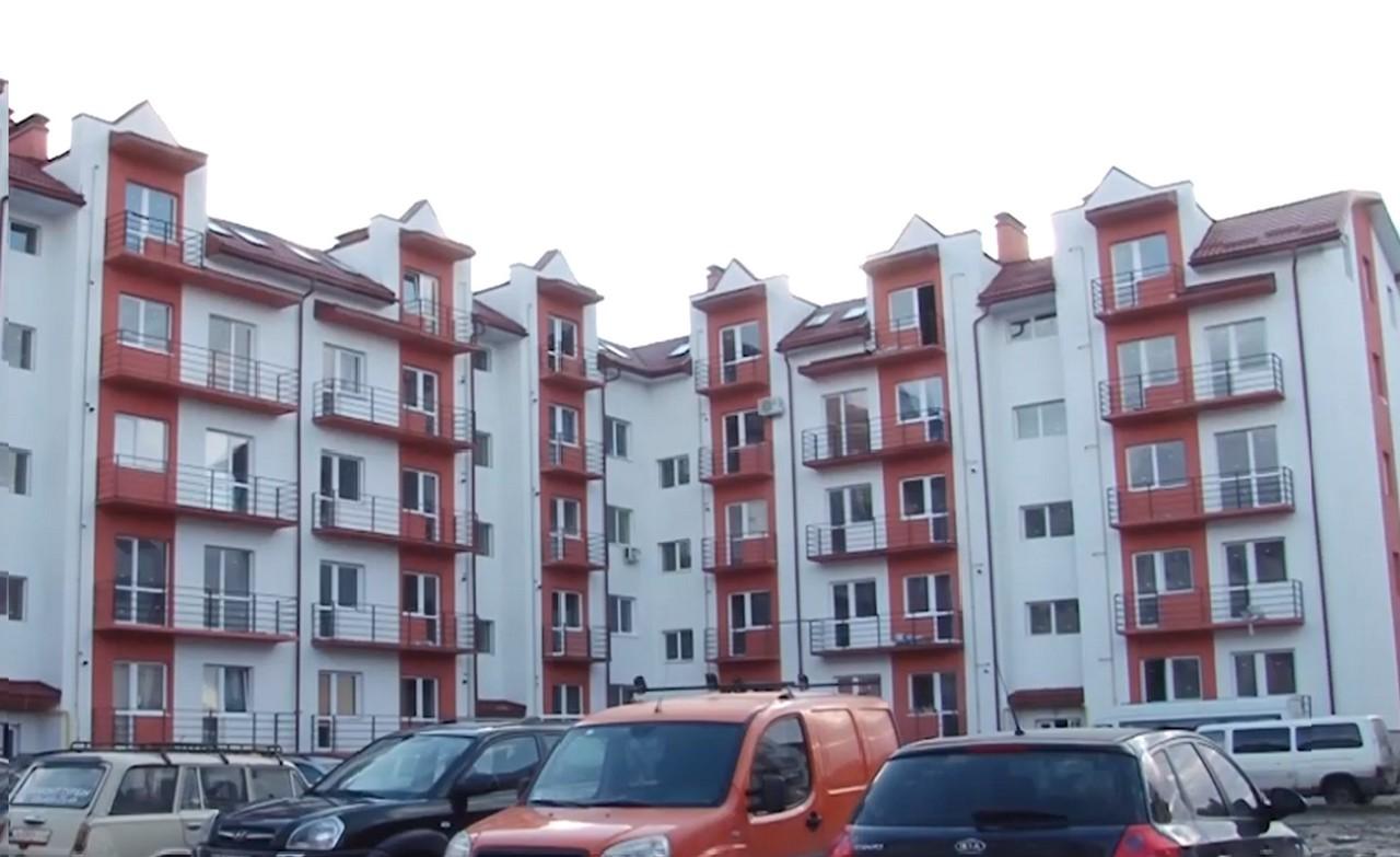 В Ужгороді троє дітей-сиріт отримали власні квартири у новобудові
