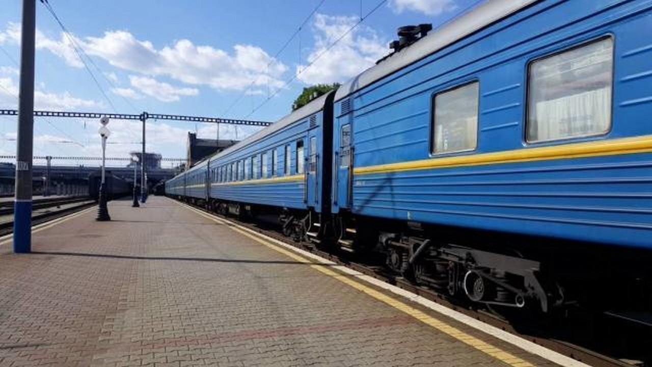 Укрзалізниця почала продавати квитки на новорічні рейси