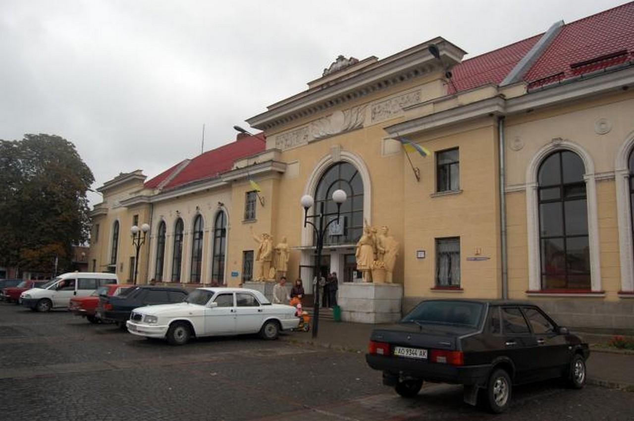 Вранці у Мукачеві біля залізничного вокзалу пограбували жінку