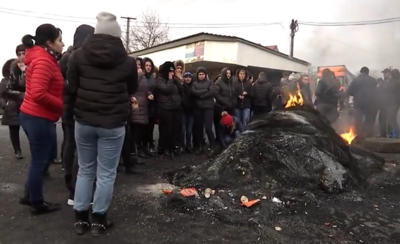 """Мешканці Нижньої Апші, що на Закарпатті, вже добу перекривають дорогу """"Мукачево-Рогатин"""""""
