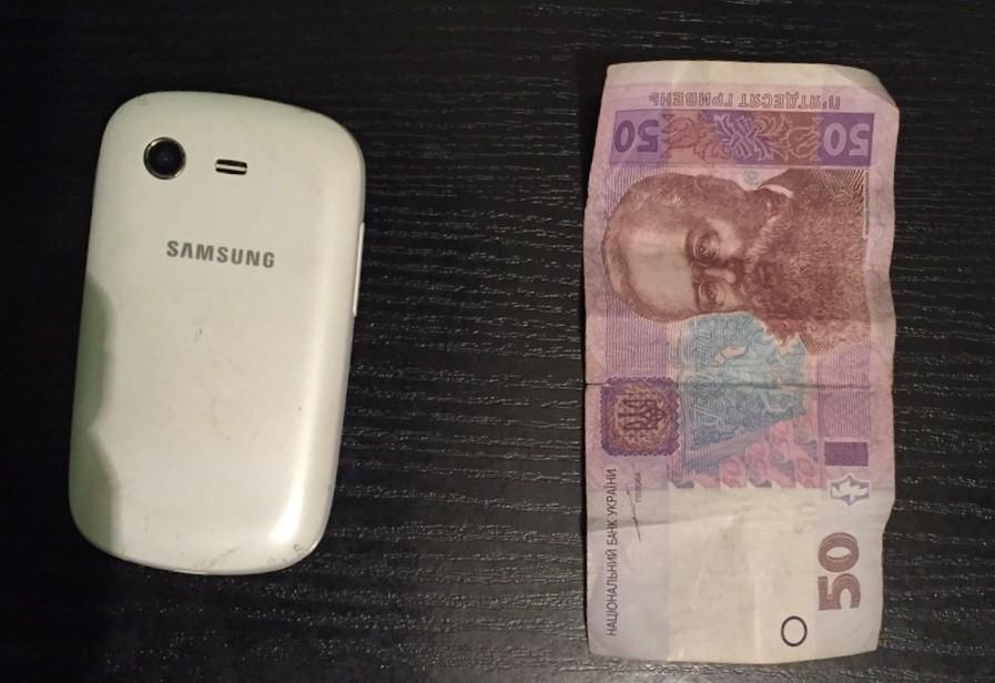 У Мукачеві на вулиці Вокзальній зловмисник вирвав з рук жінки телефон та гроші