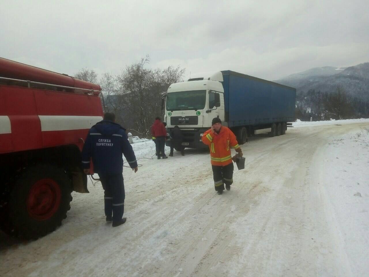 На Закарпатті через снігопади довелось відбуксирувати 6 транспортних засобів