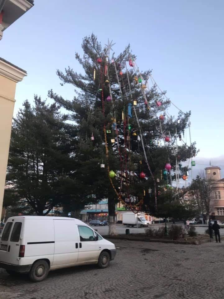 Новорічна ялинка у місті Свалява шокувала усю Україну