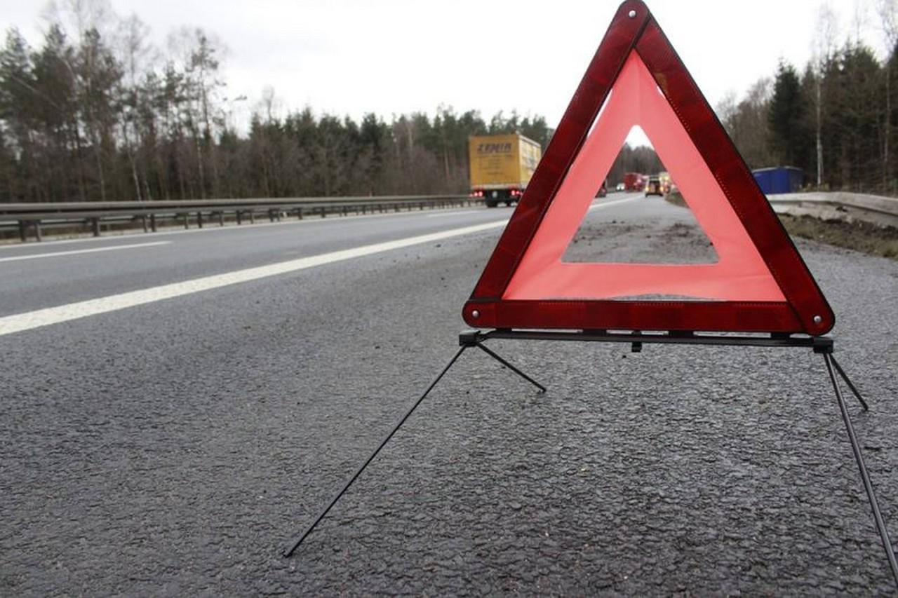 Водій не впорався з керуванням: рятувальники розповіли про ранкову ДТП, яка сталася у селі Дубриничі