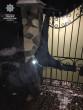Курйозне пограбування: зловмисник, намагавшись залізти у чуже подвір'я, повис на паркані