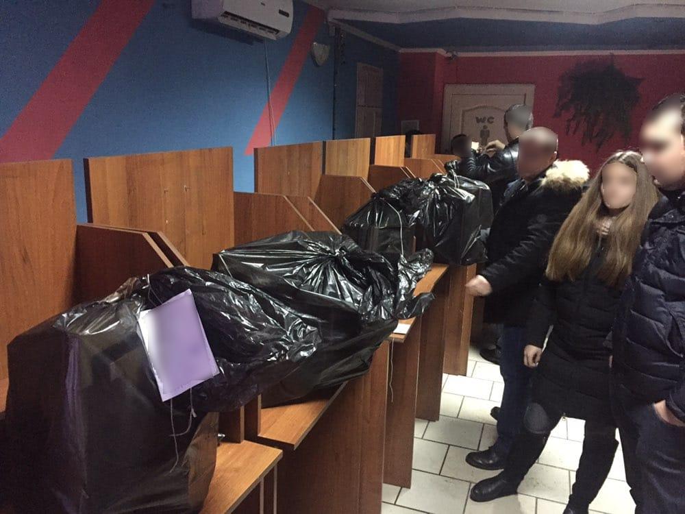 Чорна бухгалтерія, гроші, та комп'ютери: поліція провела обшуки у трьох гральних закладах Тячівщини