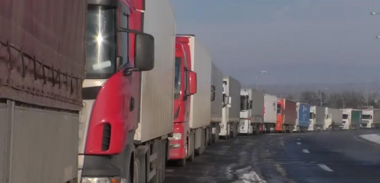 На Закарпатті поблизу кордону утворилися кілометрові черги з вантажівок