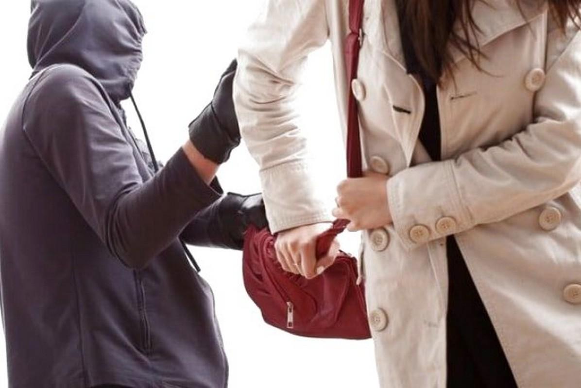 У Мукачеві посеред вулиці пограбували 22-річну дівчину
