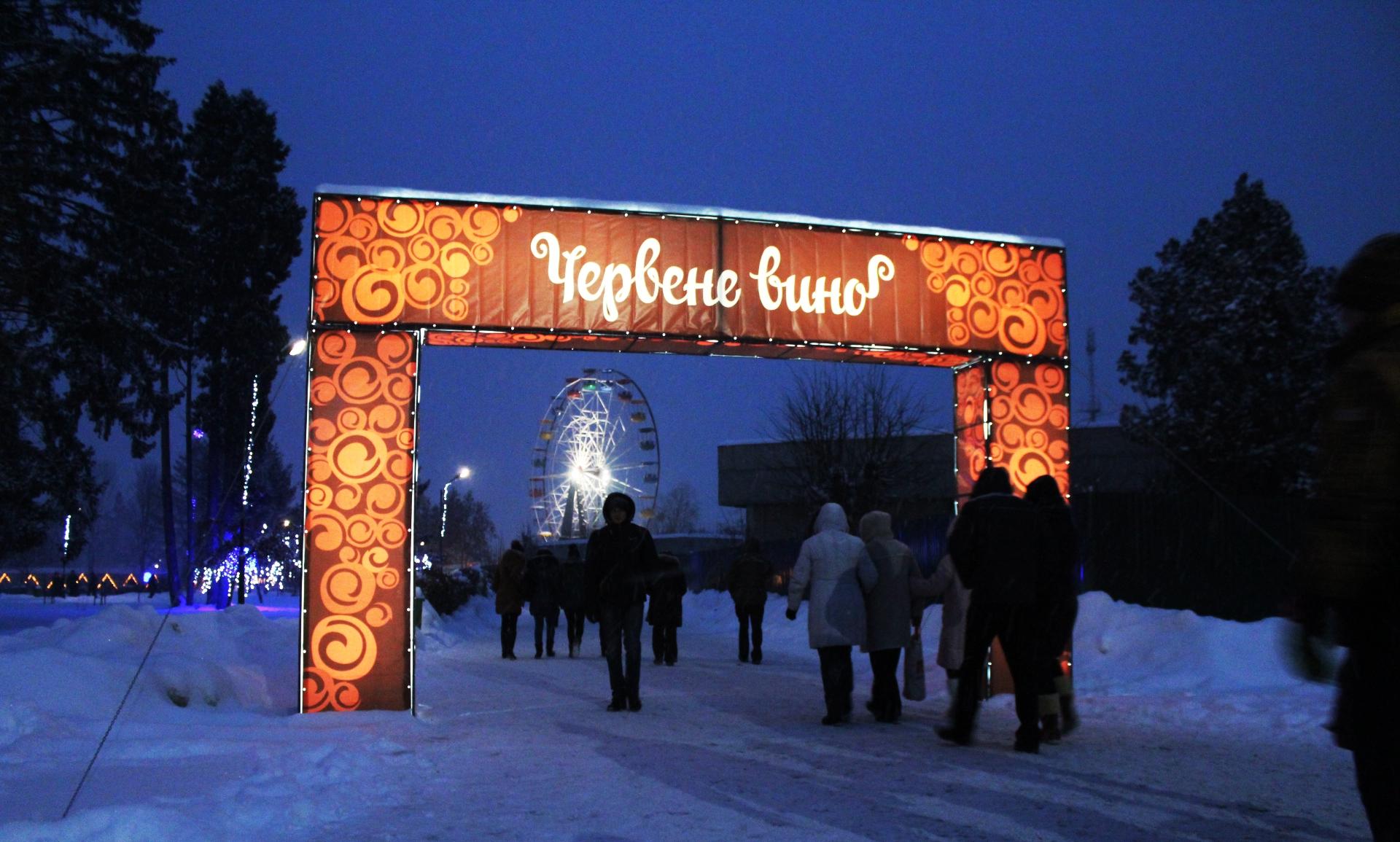 """Фестиваль """"Червене вино"""" у Мукачеві: про історію свята, чому його перенесли із центру міста у парк """"Перемоги"""" та заповненість готелів у період фесту"""