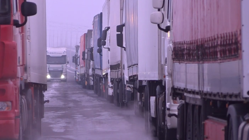 Черги на кордоні зі Словаччиною: деякі фури стоять вже кілька днів